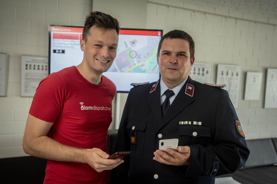 Frank Höhme, Chef der Radeberger Feuerwehr, ist sichtlich zufrieden. Die Wehr verfügt jetzt über ein zusätzliches Alarmierungssystem. Henry Agsten von der Firma Alarmdispatcher und seine Kollegen haben es installiert.