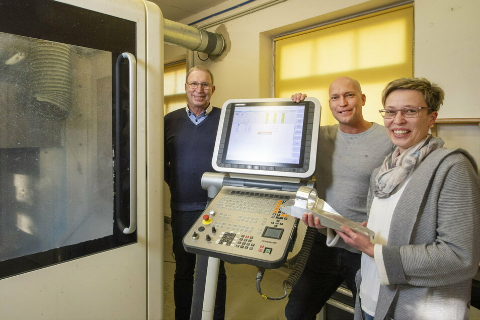 Stellen mit ihrer Firma in Weinböhla Modelle für die Industrie her: Detlef Arnold, Michael Arnold und Claudia Lange (v. l.). Nach 33 Jahren tritt Detlef Arnold als Chef ab und übergibt seinen beiden Kindern die Firma.