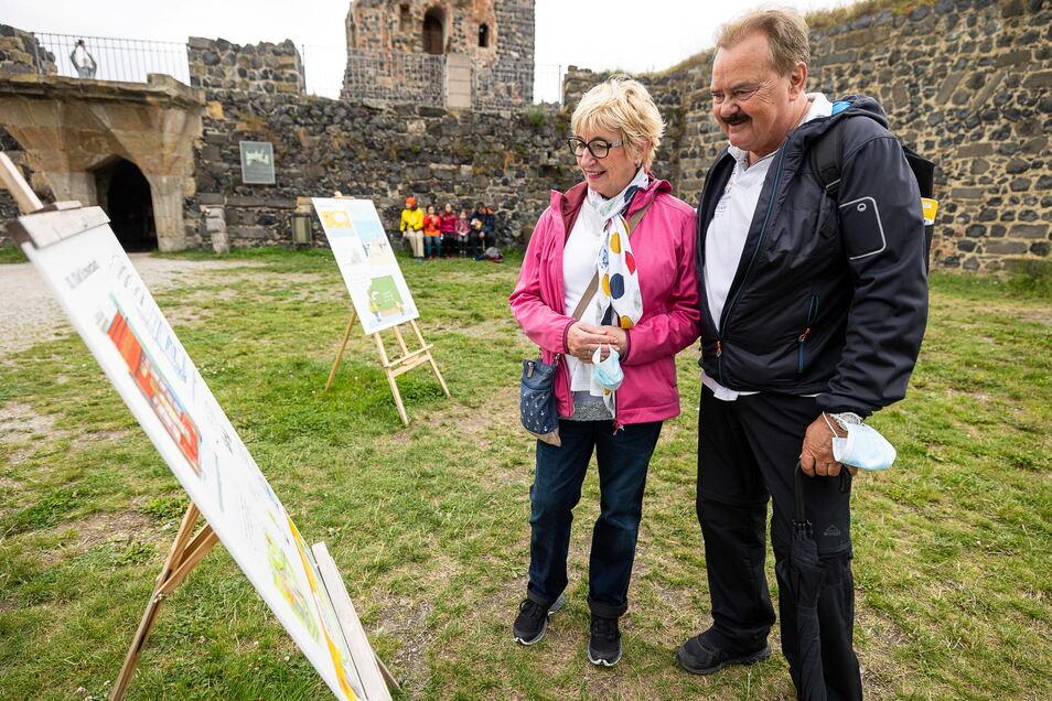 Margit und Norbert Alegoer aus Bochum machen Urlaub in Neustadt und erkunden die Sächsische Schweiz, so auch die Burg Stolpen.