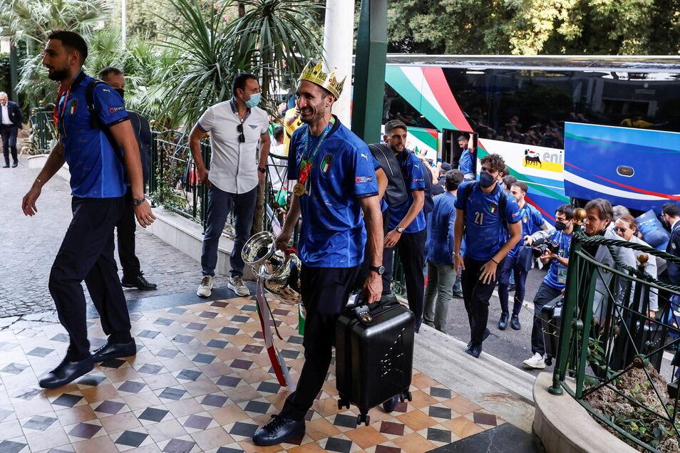 Italiens Kapitän Giorgio Chiellini und seine Mannschaftskameraden kommen in Rom an.