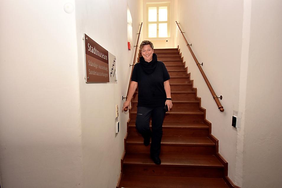 Kerstin Noack im Stadtmuseum im Schloss Hoyerswerda: Schon das Treppenhaus ist zu schmal, wenn man von 1,5 Metern Mindestabstand ausgeht.