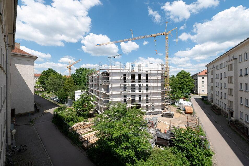 Das erste von fünf Gebäuden wird derzeit im Innenhof an der Seidnitzer Straße hochgezogen. Im Sommer 2022 sollen alle 130 Wohnungen fertig sein.