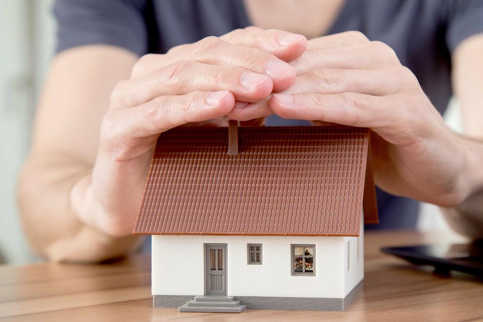 Eine Restschuldversicherung soll einspringen, wenn man einen Kredit nicht mehr bedienen kann. Allerdings sind die Policen oft teuer.