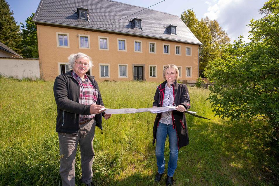 Pfarrer Wolfram Albert (links) und Planerin Uta Hilmes vor dem Pfarrhaus in Oberottendorf.