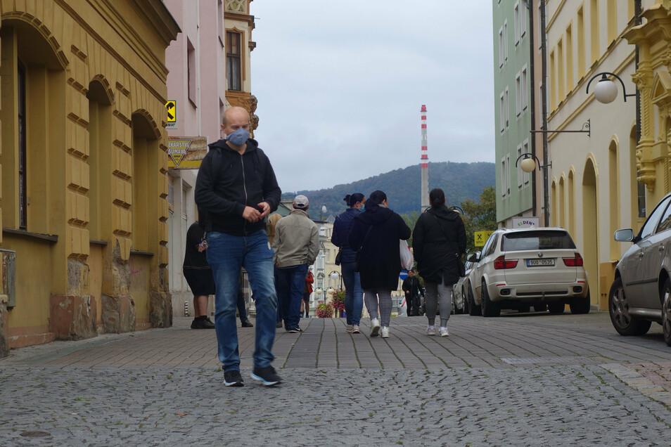 Immer mehr Tschechen tragen den Mund-Nasen-Schutz auch im öffentlichen Raum. Grund: Die Infektionszahlen stiegen rasant.