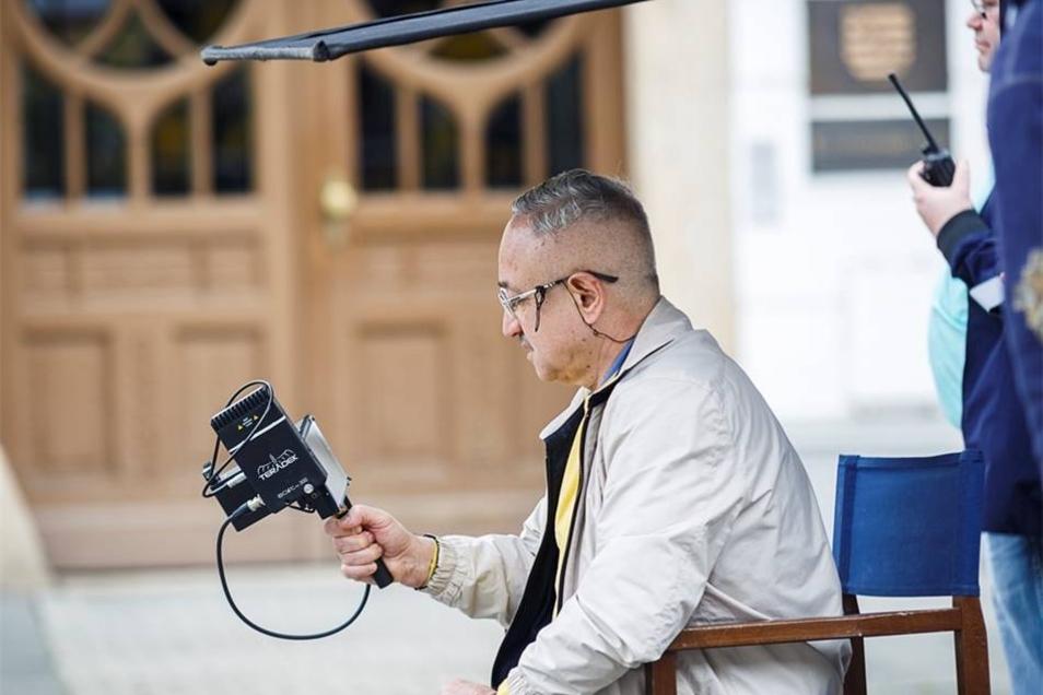 Der Regisseur schaut sich die Kameraeinstellung an.