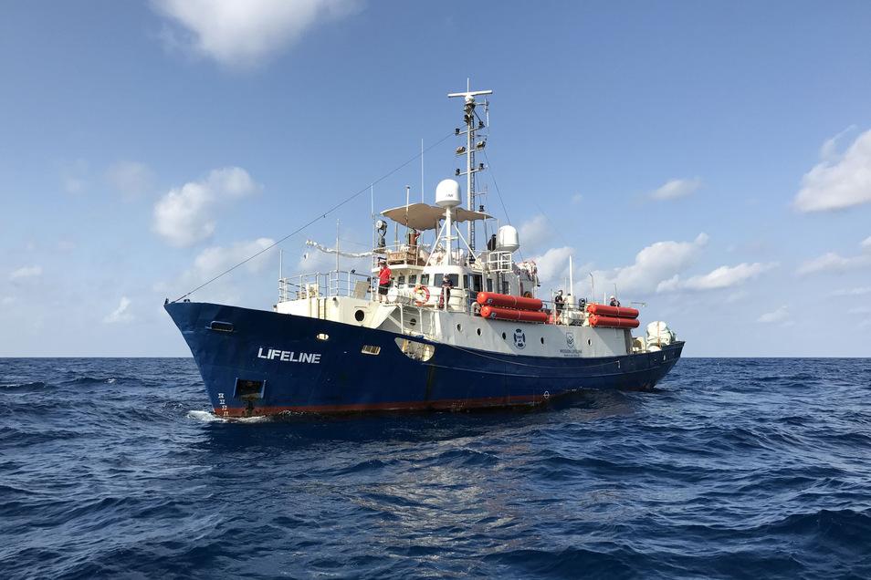 """Die """"Lifeline"""", das erste Schiff der Dresdner Hilfsorganisation, kreuzte mehrfach im Mittelmeer und rettete hunderte Migranten, bis Matteo Salvini in Italien an die Macht kam und die maltesische Regierung das Schiff beschlagnahmte."""
