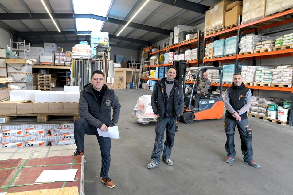 Geschäftsführer Patrick Tschotow mit Mitarbeitern in der neuen Lagerhalle.