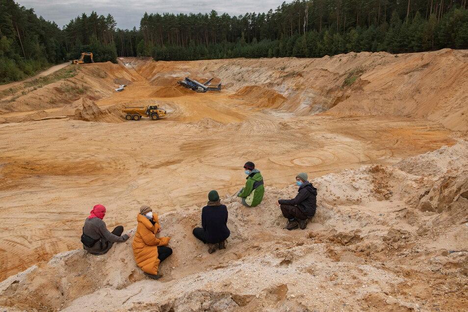 Protest an der Grube des Anstosses: Heibo-Waldbesetzer am Rande der Kiesgrube Würschnitz 1.