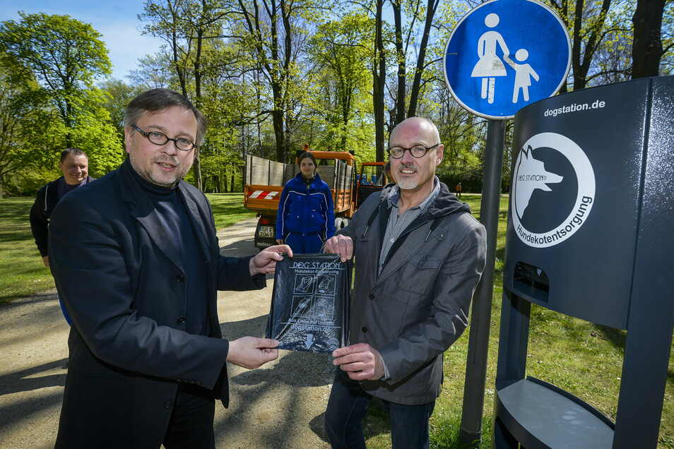 Eine Hundestation von elf, die in den vergangenen Jahren im Stadtgebiet aufgestellt wurden. Hier präsentieren Bürgermeister Michael Wieler und Torsten Tschage vom Bauamt im Jahr 2014 die Hundetoilette im Stadtpark.