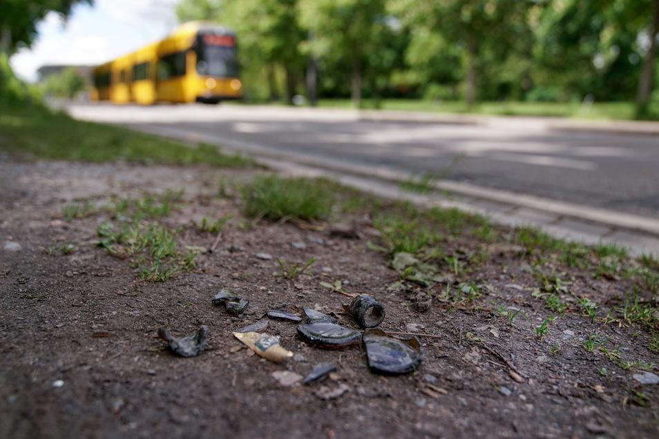 Noch immer zeugen Glasscherben auf dem Fußweg der Lennéstraße von den Ausschreitungen beim Dynamo-Spiel am 16. Mai.