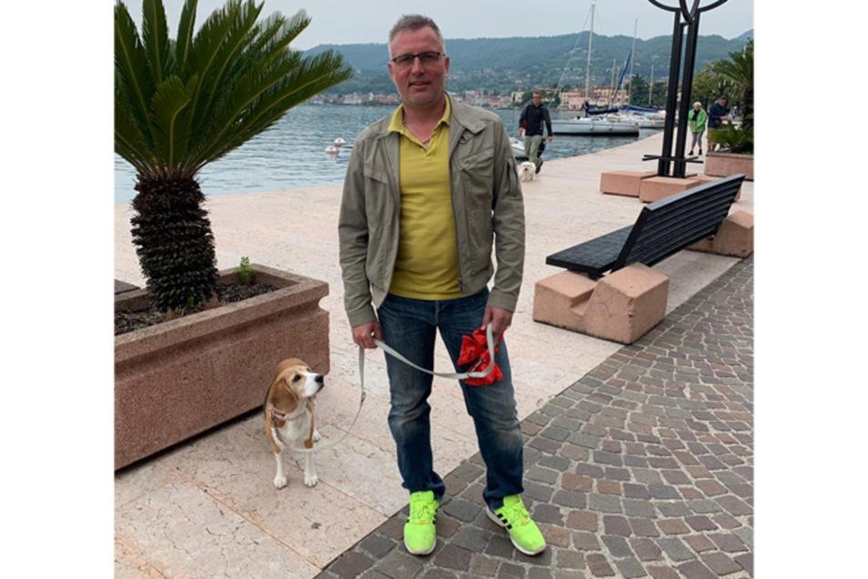 Mit Beagle Belle und seiner Frau ist er gerade im Urlaub am Gardasee.