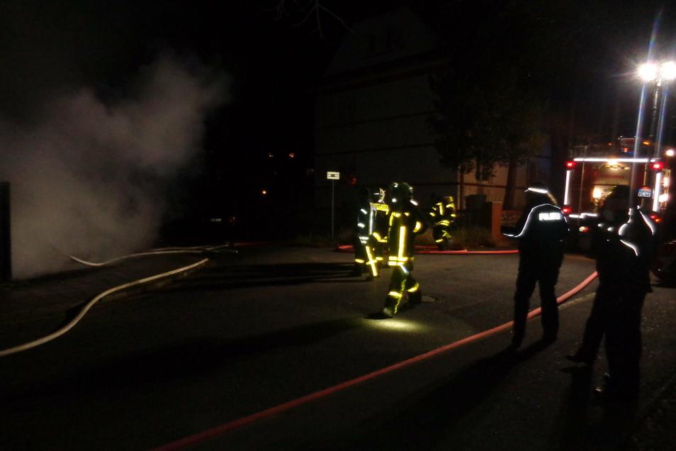 Der letzte Brand in Großenhain 2020: Feuerwehrleute und Polizei mussten zu brennenden Containern auf den Gartenweg nahe des Lidl-Marktes.