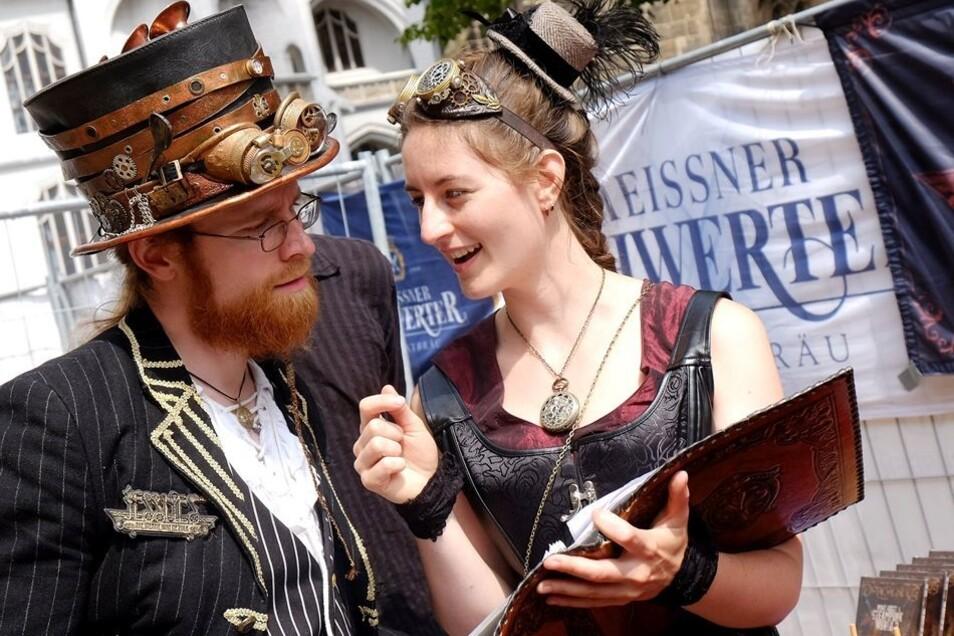 Roma Dihn und McDrok von der Steamfolk-Band Jessnes zeigen die typische Bekleidung der Steampunker. Sie wirken wie aus der Zeit gefallen.