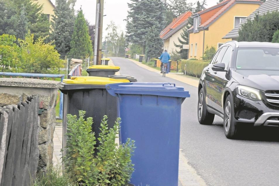 Diese Tonnen behindern den Umleitungsverkehr im Jahnring, sorgen für Ärger.