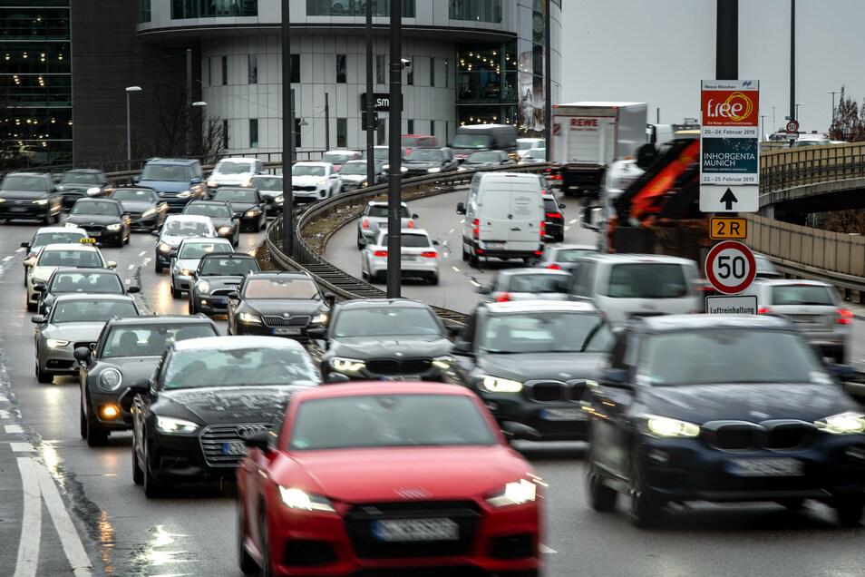 München leidet wie viele Städte unter dem dichten Autoverkehr. Autos fahren bei stockendem Verkehr durch die Innenstadt.