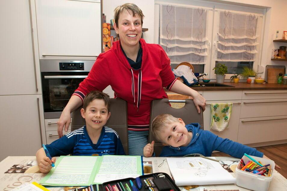 Martina Friedländer ist Krankenschwester im Krankenhaus St. Carolus in Görlitz. Zu Hause hilft sie den Söhnen Moritz (links) und Ben beim Homeschooling.