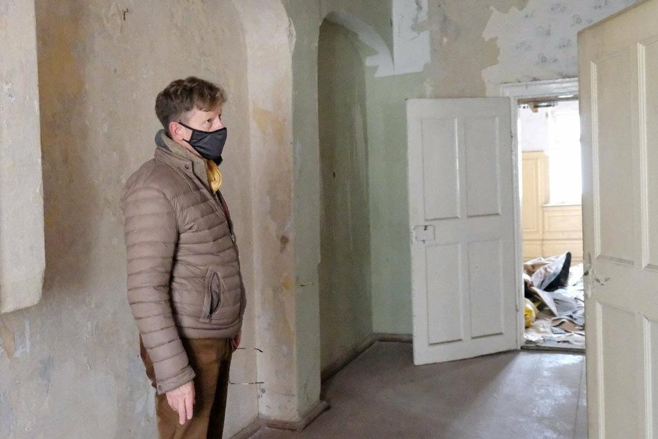 Da das Haus lange leer stand, wurde viel an altem Bestand geplündert. Auf dem Foto sieht man zum Beispiel, dass Türklinken fehlen. Die seien besonders beliebt auf Flohmärken, so Walter Hannot.