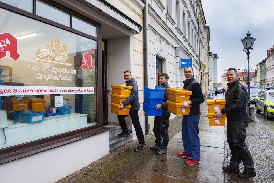 Die Großenhainer Löwenapotheke muss vorübergehend umziehen. Dieter Riehmer, Oliver Heimann , Tobias Bluhm und Christian Nicklisch (v.l.) vom Folberner Carnevalsverein transportieren Medikamente in das neue Geschäft.