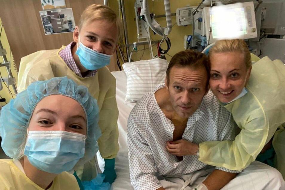 Daria Nawalny, ihr Bruder Zahar, ihr Vater, der russische Kremlkritiker Alexej Nawalny und seine Frau Julia machen ein Selfie am Krankenbett in der Charite.