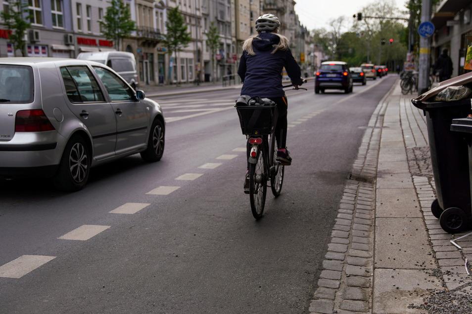 Mit Radweg sollte der Abstand zum Radfahrer klar sein - eigentlich. An Straßen ohne Markierung kommen Autofahrer meist noch näher.