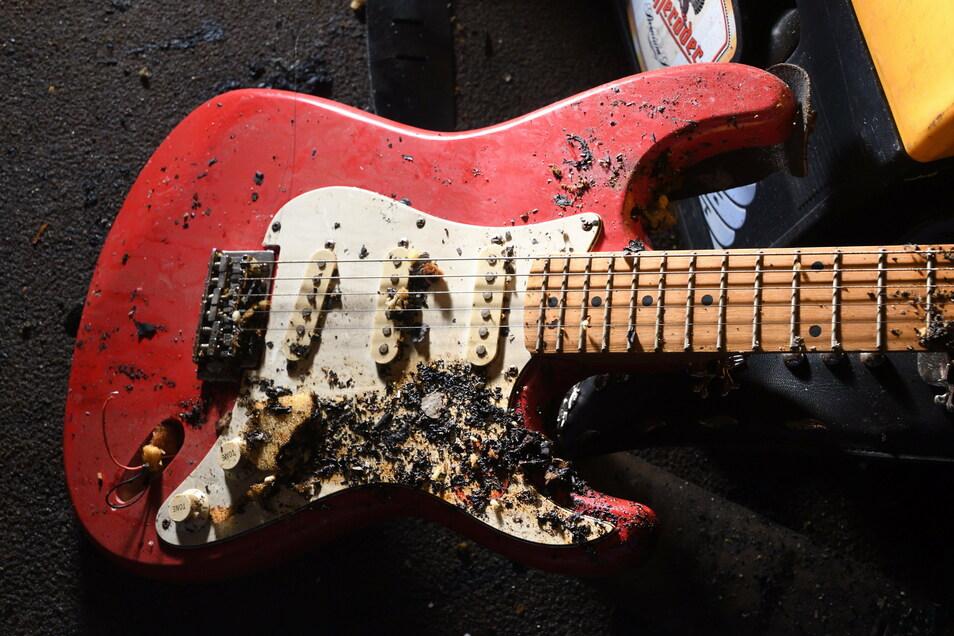 Eine brandgeschädigte Gitarre.