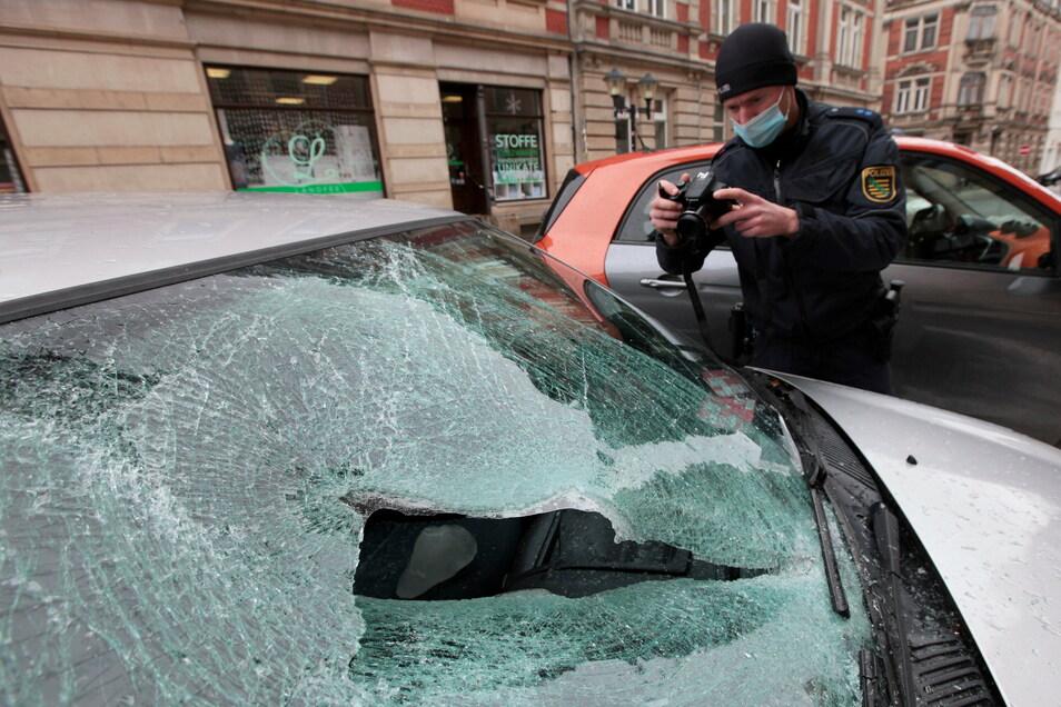 Nichts mehr zu machen: An diesem Renault Clio in der Lauterbachstraße entstand durch den Eisschlag Totalschaden.