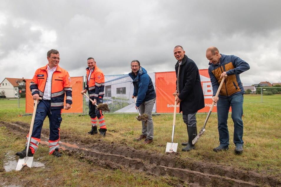 Der Auftakt ist gemacht: Sven Binner (Maltester), Oliver Kummich (Leiter der Rettungswache), Bürgermeister Dirk Mocker, Landrat Ralf Hänsel und Silvio Buchhorn (SLB) beim Spatenstich.
