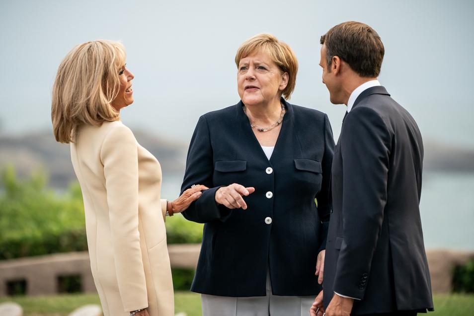 Der französische Präsident Emmanuel Macron und seine Frau Brigitte Macron (l.) mit Kanzlerin Angela Merkel beim G7-Gipfel im französischen Biarritz.