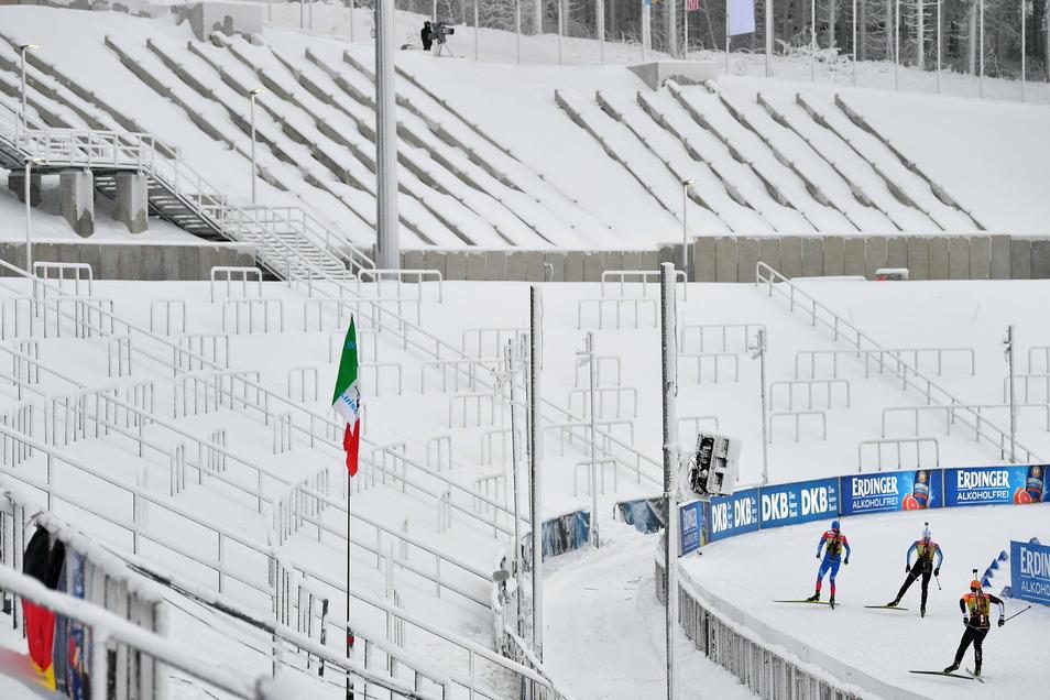 Wo sich sonst Tausende Fans drängen und Lärm machen, bleibt diesmal alles leer. Die Biathleten bestreiten in Oberhof vor verschneiten Traversen ihre Rennen.