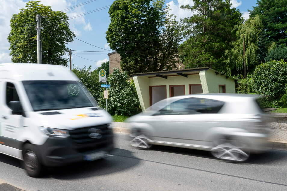 Die Bushaltestelle Sandschänke in Girbigsdorf: Hier ist immer viel Verkehr - durch die B-6-Baustellen bei Görlitz aber im Moment nochmal deutlich mehr.
