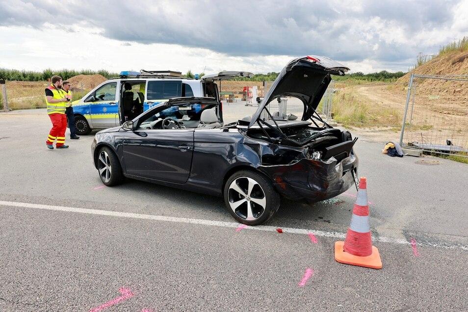 Ein Renault fuhr von hinten auf diesen VW-Cabrio auf. Beide Fahrer wurden schwer verletzt.