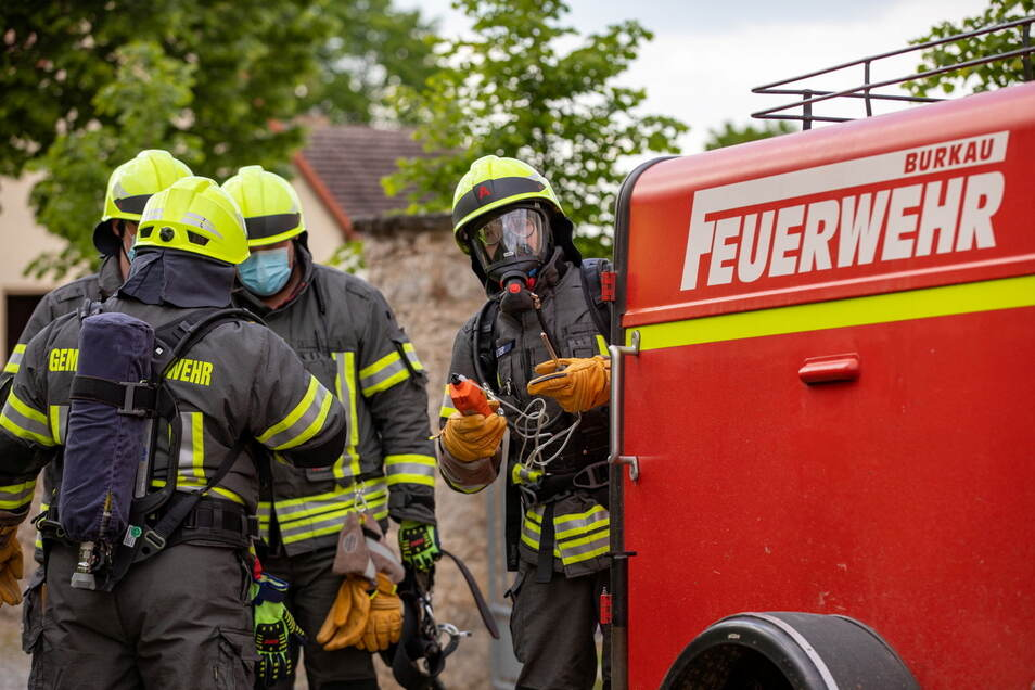 Etwa 25 Kameraden der Freiwilligen Feuerwehren aus Ostro, Säuritz und Burkau waren im Einsatz, um die Unfallgefahr in der stillgelegten Klärgrube zu minimieren.