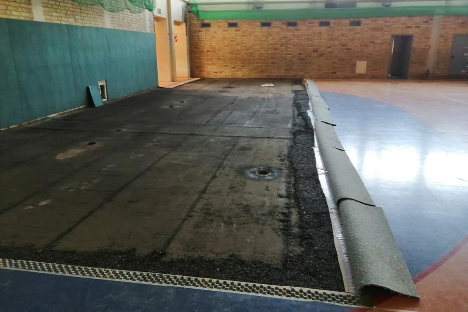 Der Sportboden in Leisnigs Karl-Zimmermann-Sporthalle war durch einen Wasserschaden enorm in Mitleidenschaft gezogen. In den vergangenen Tagen sind diese Schäden behoben worden.