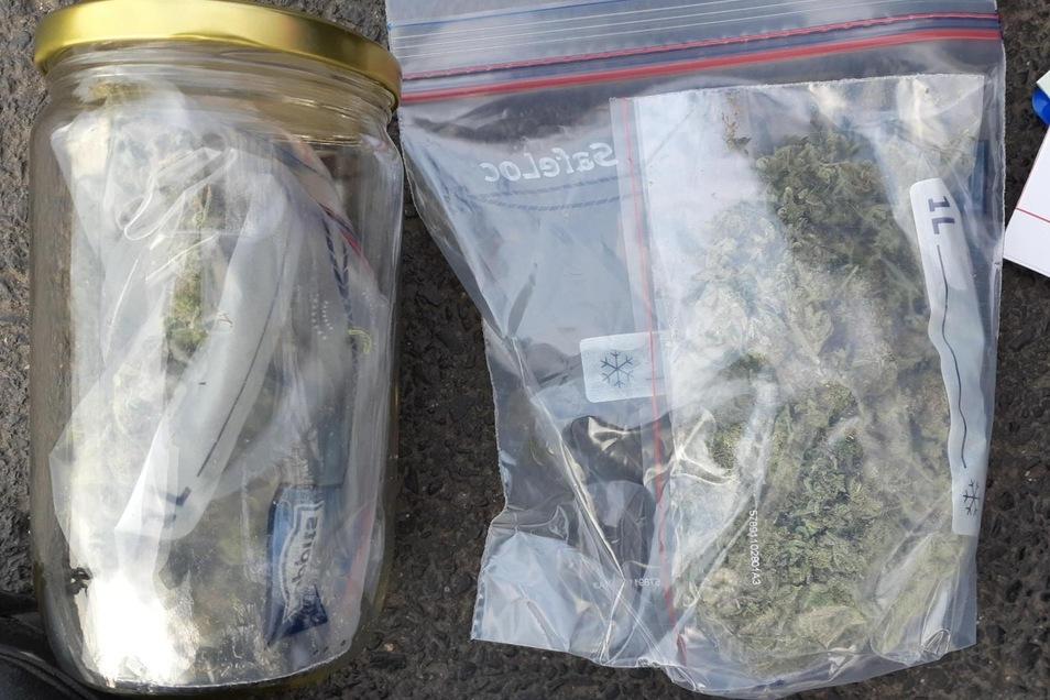 Der Inhalt des Rucksacks: Marihuana im Glas und Cliptütchen.