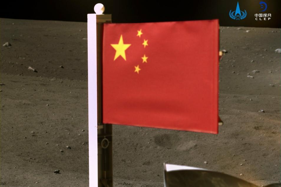 Chinas Nationalflagge wurde von der Sonde «Chang'e 5» auf dem Mond entfaltet.