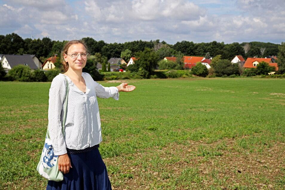 Ramona Kempf zeigt das Feld, das sich oberhalb von Nickritz mit deutlichem Gefälle zum Wohngebiet erstreckt.