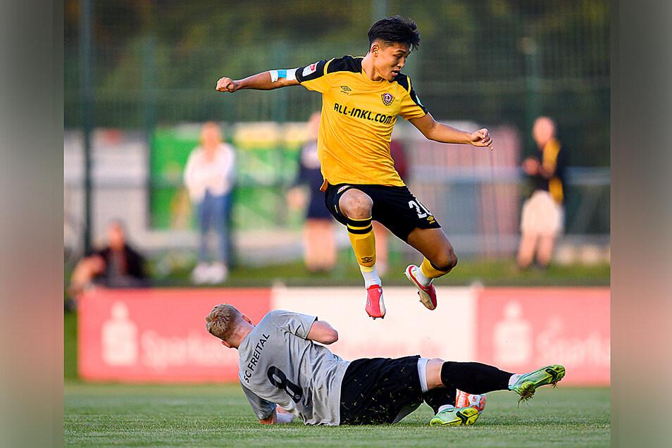 Jong-min Seo (oben) setzt sich hier gegen Ex-Dynamo Robin Fluß vom SC Freital durch. Der Südkoreaner macht eine auffällige Partie, überzeugt mit Tempo und Technik.