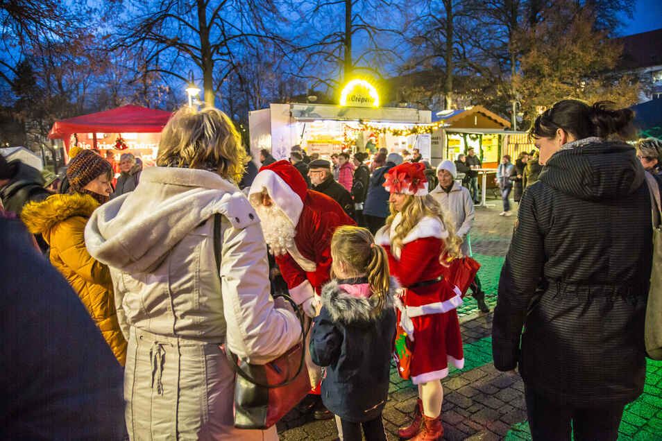 Der Weihnachtsmann soll auch in diesem Jahr seine süßen Gaben auf dem Zinzendorfplatz verteilen.
