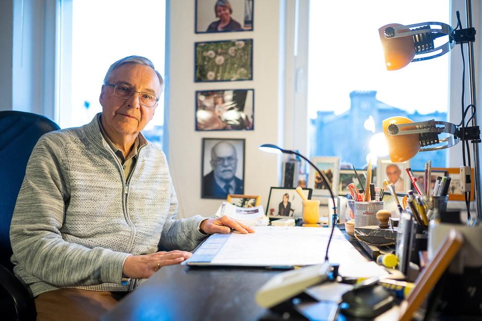Unterm Dach mit Fotos von Menschen, die ihn beeinflussten und vielen Büchern schreibt Rudolf Grzegorek an die SZ.