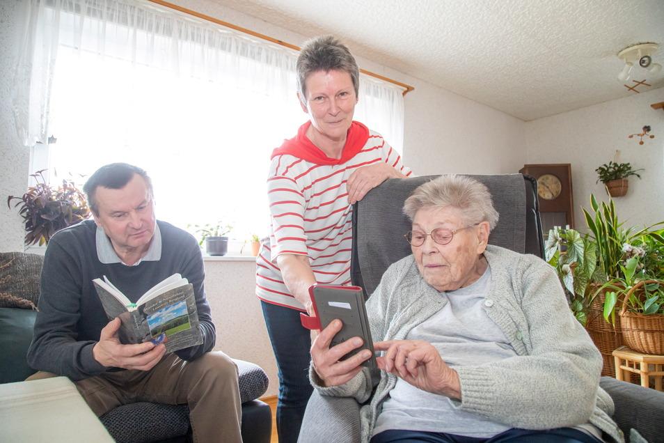 Heike Adomat, ihr Mann Frank (beide 62) und ihre Mutter Ursula Dietrich haben die coronabedingten Auszeiten gut genutzt. Die 92-Jährige hat sogar gelernt, mit dem Smartphone umzugehen und im Internet zu surfen.