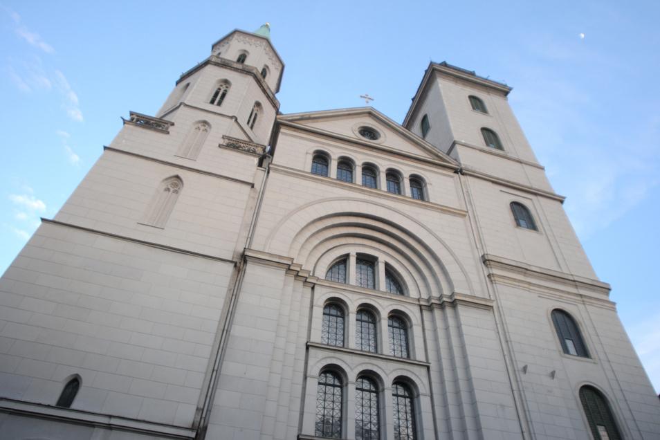 Vor der Johanniskirche in Zittau haben am Montag Bürger gegen die Corona-Auflagen demonstriert. Die Versammlung war jedoch nicht angemeldet.