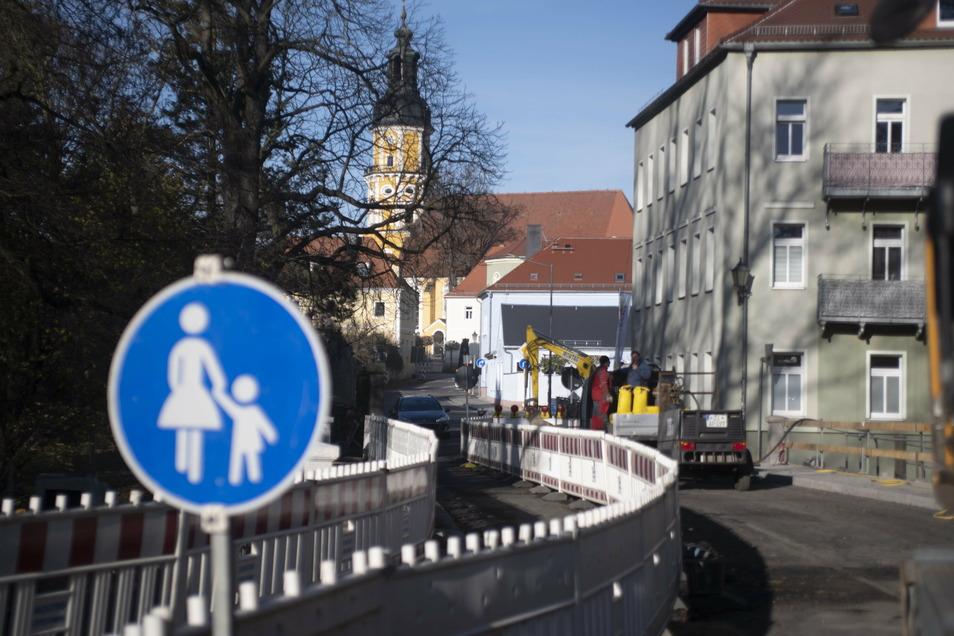 Fußgänger können die Brücke über die Pulsnitz schon nutzen, und gelangen so in die Königsbrücker Innenstadt.