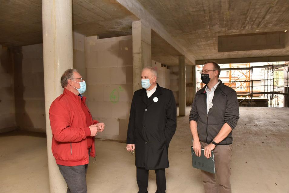 Architekt Christoph Hahn, Bischof Heinrich Timmerevers und Hausleiter Stephan Schubert (v.l.) beim Rundgang, hier im künftigen Speiseraum.