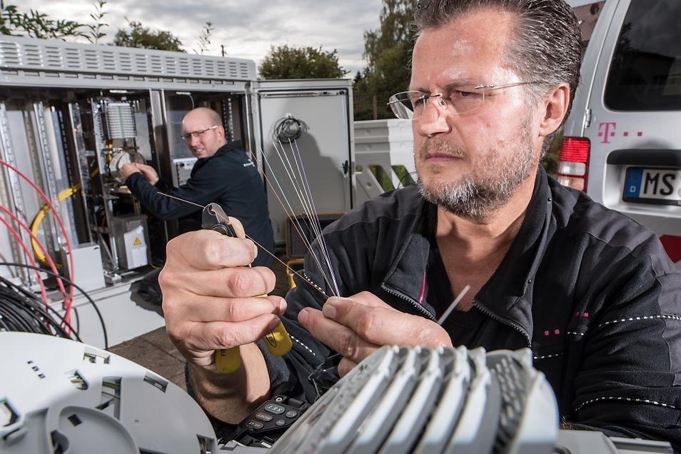Einer der Schritte beim Ausbau ist das Aufstellen und Anschließen der sogenannten Netzverteiler zwischen Haupt- und Verzweigungskabeln.