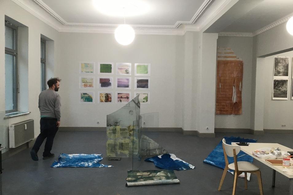 Georg Schatz in seiner Ausstellung