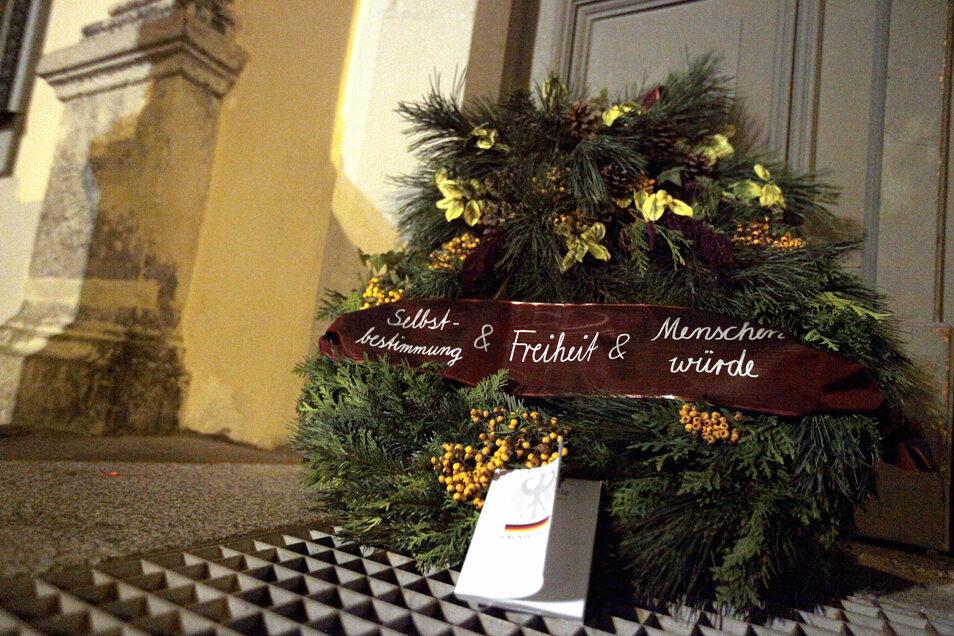 Trauergebinde vor dem Pirnaer Rathaus: Die Urheber wollen unerkannt bleiben.