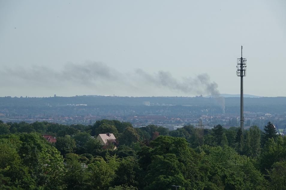 Während des Brandes in Pieschen stand eine Rauchsäule über der Stadt.