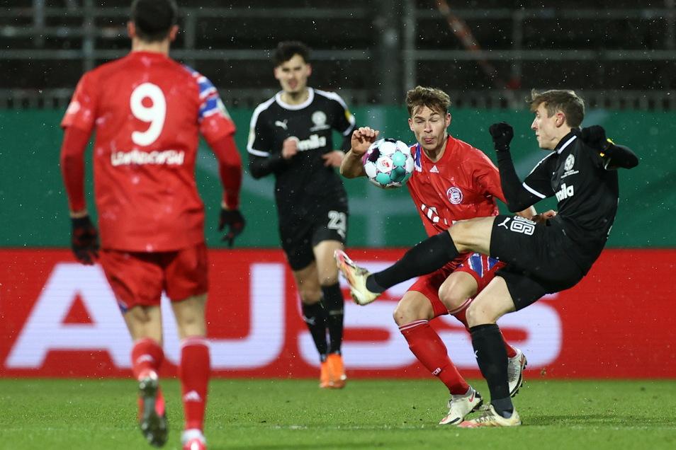 Ex-Dynamo Niklas Hauptmann (r.) liefert sich hier mit Joshua Kimmich einen leidenschaftlichen Kampf. Auch im Elfmeterschießen behielt der 24-Jährige die Nerven und zog mit Holstein Kiel in die nächste DFB-Pokal-Runde ein.