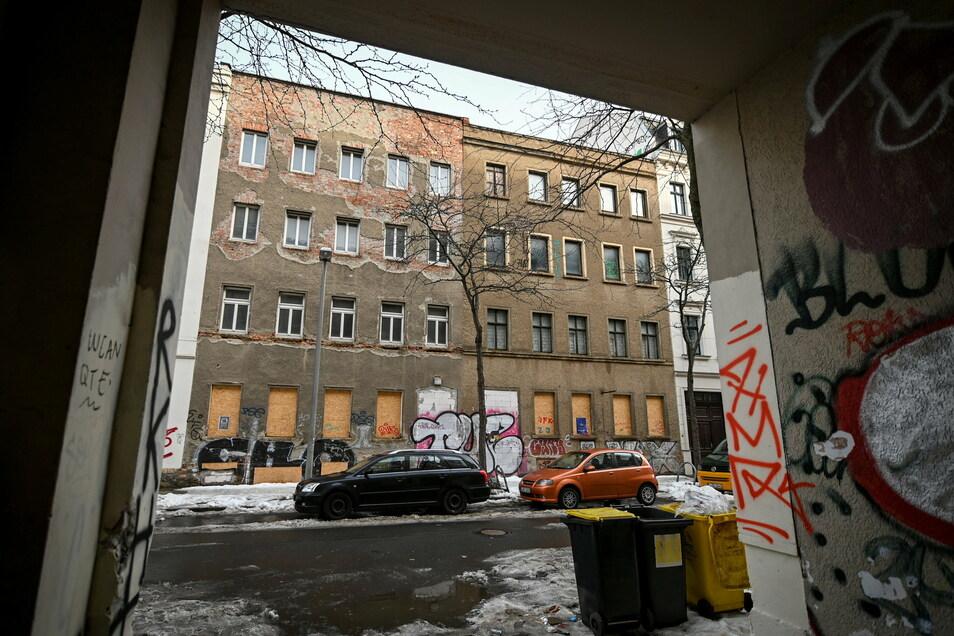 Verfallen wirkt das Wohnhaus Ludwigstraße 71 (r) im Osten von Leipzig.
